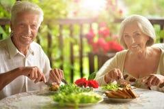 Couples supérieurs ayant le wagon-restaurant image stock