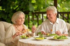 Couples supérieurs ayant le wagon-restaurant photographie stock libre de droits