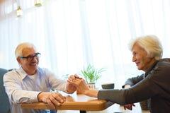 Couples supérieurs célébrant l'événement capital image stock