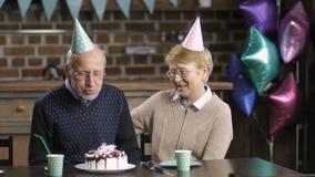 Couples supérieurs célébrant l'anniversaire à la table clips vidéos