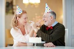 Couples supérieurs célébrant l'anniversaire Images libres de droits