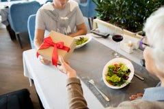 Couples supérieurs célébrant l'occasion photo libre de droits