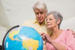 Couples supérieurs choisissant une destination de voyage Photographie stock libre de droits
