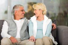 couples supérieurs détendant à la maison Images stock
