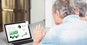 Couples supérieurs d'affaires regardant le graphique et le diagramme dans l'ordinateur portable Photos stock
