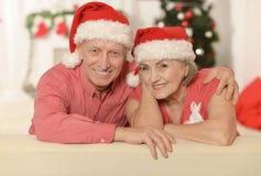 Couples supérieurs dans des chapeaux de Santa Images stock