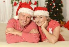 Couples supérieurs dans des chapeaux de Santa Photos libres de droits