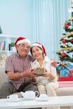 Couples supérieurs dans des chapeaux de Santa Claus Photos stock