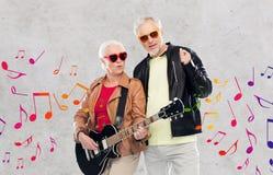 Couples supérieurs dans des lunettes de soleil avec la guitare électrique Image stock