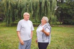 Couples supérieurs dans l'amour appréciant un moment et parlant ensemble Photos libres de droits