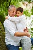 Couples supérieurs dans l'amour en nature Images libres de droits