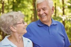 Couples supérieurs dans l'heure d'été Images stock