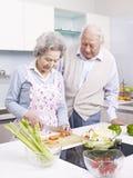 Couples supérieurs dans la cuisine image stock