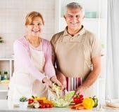 Couples supérieurs dans la cuisine Photos stock