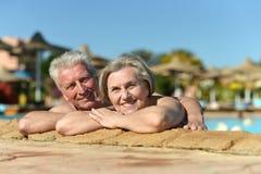 Couples supérieurs dans la piscine Images libres de droits