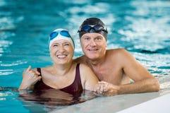 Couples supérieurs dans la piscine Photos stock