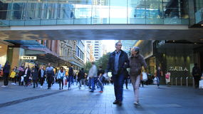Couples supérieurs dans la rue occupée d'achats Image stock