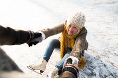 Couples supérieurs dans le patinage de glace ensoleillé de nature d'hiver Image libre de droits