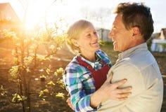 Couples supérieurs dans leur jardin Photo stock