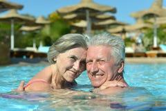 Couples supérieurs dans une piscine Images libres de droits