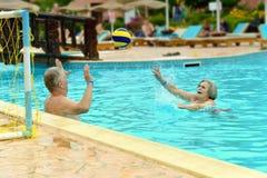 Couples supérieurs dans une piscine Photographie stock