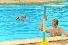 Couples supérieurs dans une piscine Photos stock