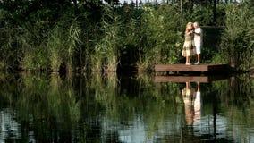 Couples supérieurs dansant près de l'eau banque de vidéos