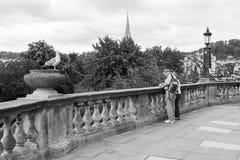 Couples supérieurs de déplacement à Bath Somerset, Angleterre noir et wh Photographie stock libre de droits