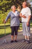 Couples supérieurs de rapports romantiques marchant par le parc Photographie stock