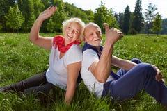 Couples supérieurs de sourire dans des vacances d'été Images libres de droits
