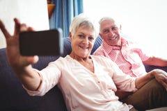 Couples supérieurs de sourire prenant un selfie Photo stock