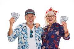 Couples supérieurs de sourire tenant l'argent Image stock