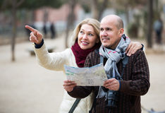 Couples supérieurs des voyageurs avec la carte Images stock
