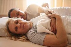 Couples supérieurs dormant ensemble dans le lit Photographie stock libre de droits