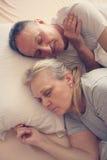 Couples supérieurs dormant ensemble dans le lit Image stock