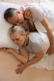 Couples supérieurs dormant ensemble dans le lit Image libre de droits