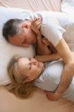 Couples supérieurs dormant ensemble dans le lit Couples aînés dans le bâti Images stock