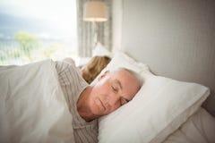 Couples supérieurs dormant sur le lit image libre de droits