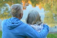 Couples supérieurs en parc d'automne Photo libre de droits