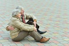 Couples supérieurs en stationnement Photos stock