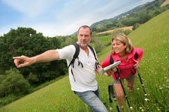 Couples supérieurs en voyage de hausse image stock