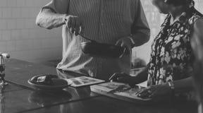 Couples supérieurs faisant cuire la cuisine de nourriture Images stock