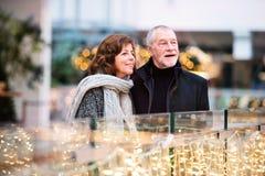 Couples supérieurs faisant des achats de Noël Photo libre de droits