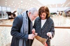 Couples supérieurs faisant des achats de Noël Images libres de droits