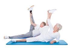 Couples supérieurs faisant l'exercice Photo stock