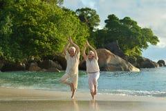 Couples supérieurs faisant l'exercice de yoga Images stock