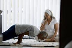 Couples supérieurs faisant le yoga photos stock