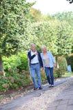 Couples supérieurs faisant un tour en parc Photo stock