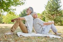 Couples supérieurs faisant une pause dans la nature photos stock