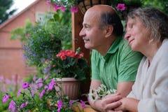 Couples supérieurs gais appréciant la vie à la maison de campagne Photographie stock libre de droits